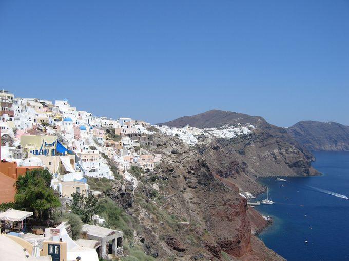 断崖にある白い街並みと青いドーム