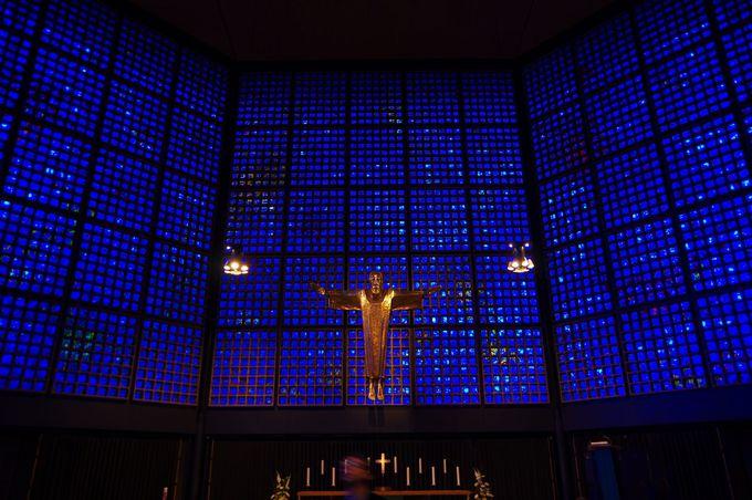 まるで海の中…真っ青な教会内部!