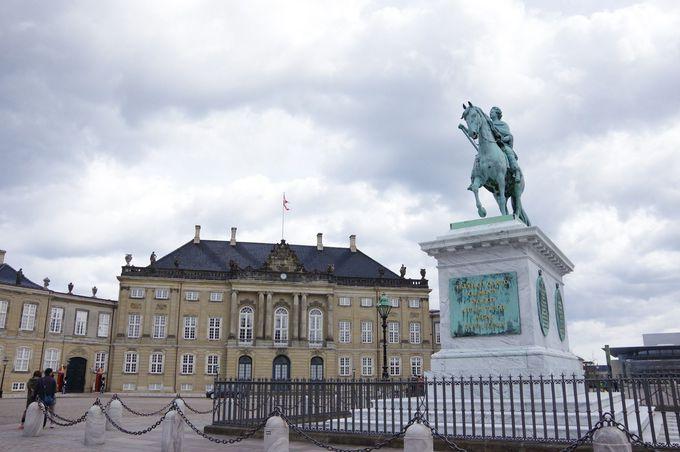 12時:衛兵の交代が見物!アマリエンボー宮殿