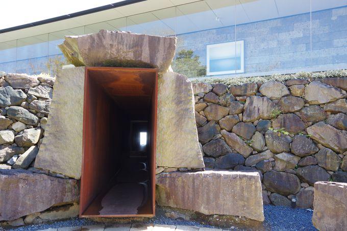 夏至の太陽光を拝むギャラリーと冬至の陽光を通すトンネル