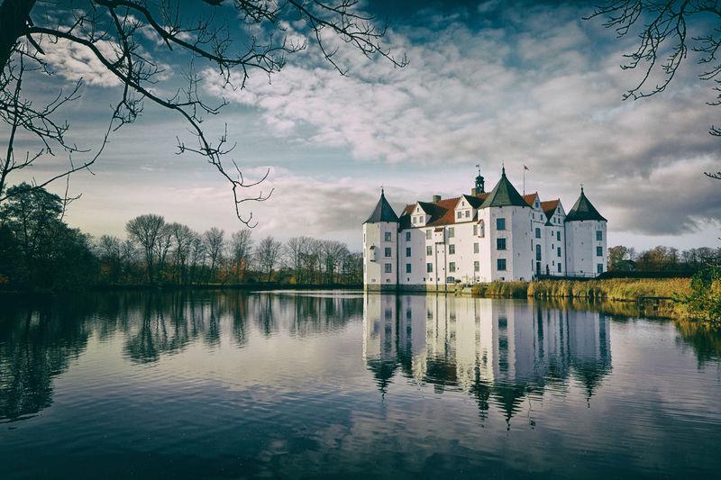 水面に映える幸運の城!ドイツ「グリュッグスブルグ城」