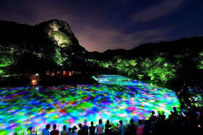 水面に映し出される光のアートに引き込まれる