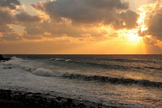 灯台の前はすぐに海