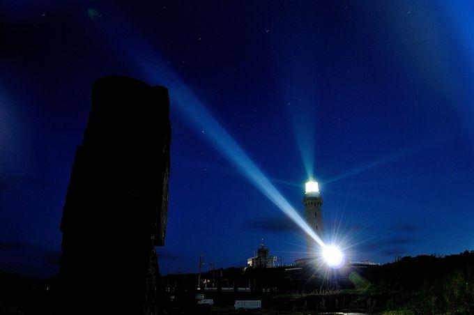 夜は灯台の光線を楽しむ