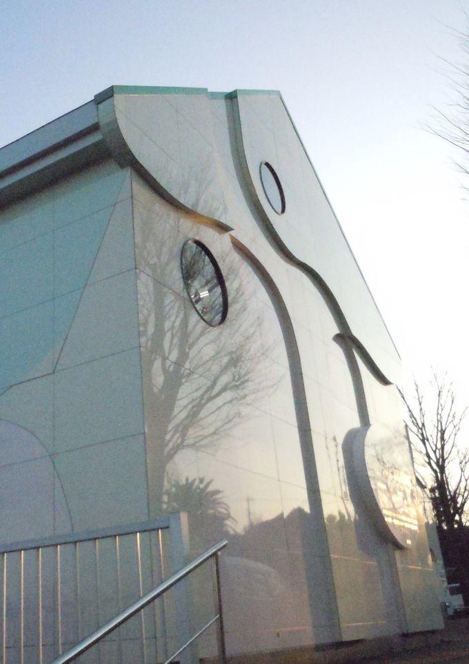 美術館の外観は、日本を代表する彫刻家がデザイン