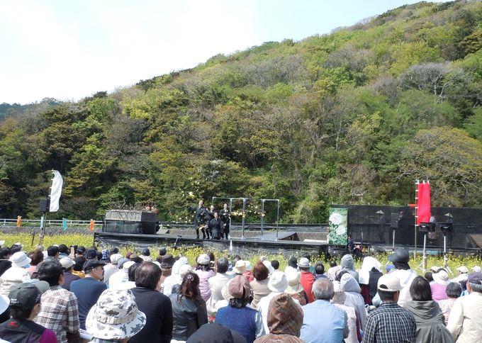 田んぼの中の特設ステージ