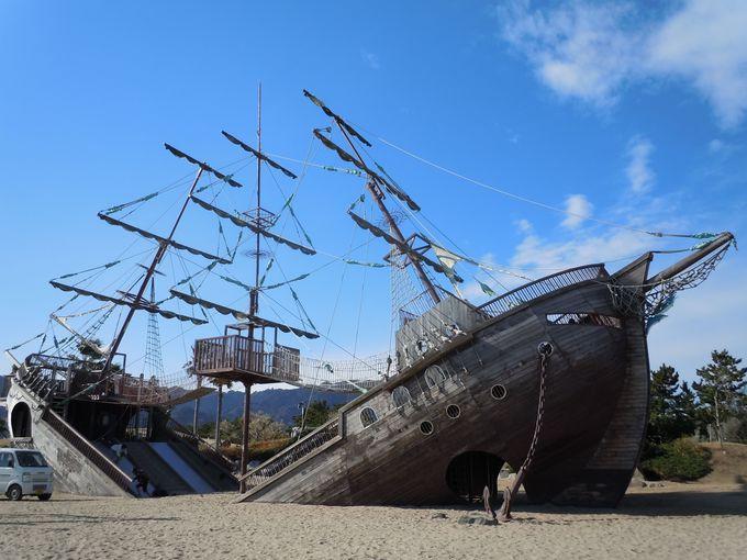 うわぁ〜、砂浜に船が!