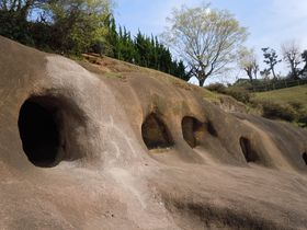 摩訶不思議な巨大穴が出現!?函南町「柏谷公園・柏谷横穴群」