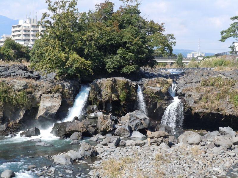 超レア!駅から徒歩5分で見られる!?静岡県長泉町「鮎壷の滝」
