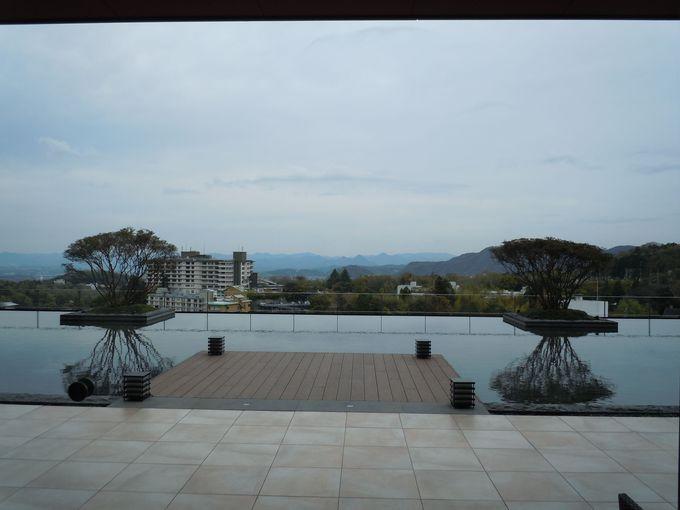 名高い温泉地に建つ、落ち着いた佇まいの温泉ホテル?!