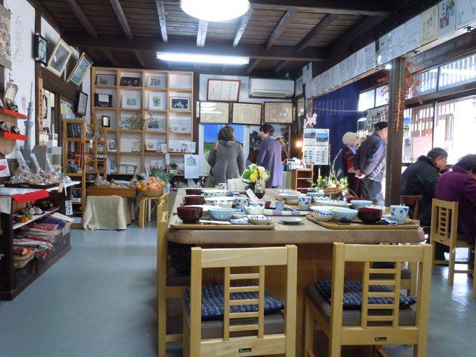 手作り品が溢れる、素朴で温かい店内