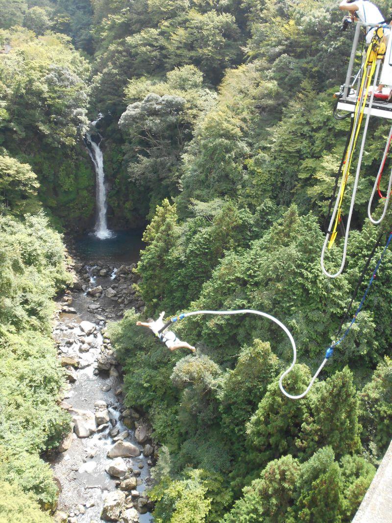 大棚の滝を見ながら大ジャンプ!須津渓谷橋「富士バンジー」