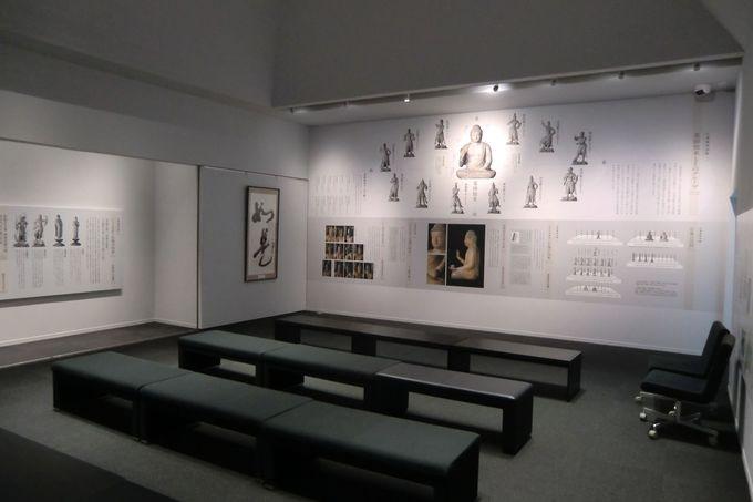 最初に仏像の説明を聞いて学ぶ「資料展示室」