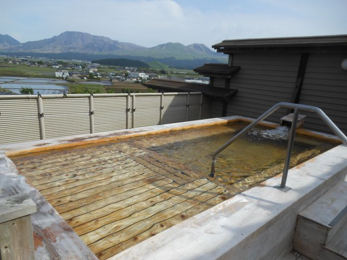 眺望を生かした!阿蘇を代表する絶景風呂「嶽湯空拝(たけゆくうはい)」