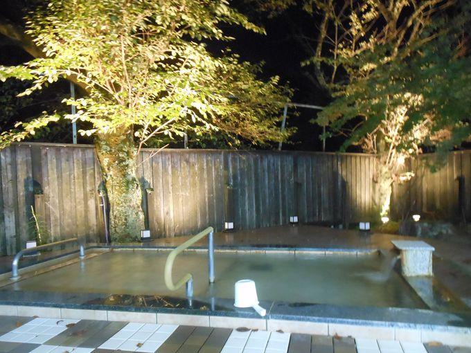夜はライトアップも!天然温泉で体の芯からポッカポカ