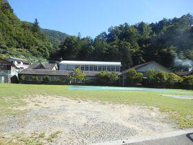 学校跡地での〜んびりと山の湯を!山梨・早川「ヴィラ雨畑」