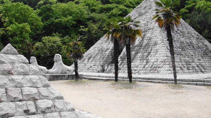 椰子の木に囲まれたエジプトのピラミッド。スフィンクスが可愛い〜