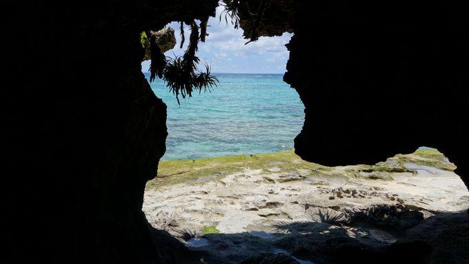 神聖な洞窟から見える海はパワーに満ちあふれているよう