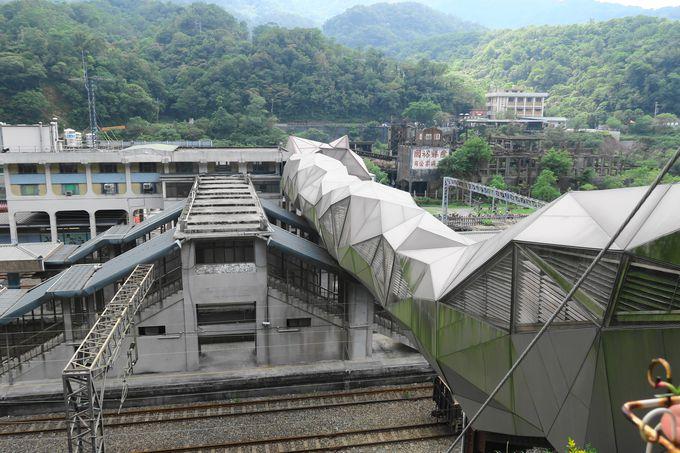まずは陸橋を渡り、駅の裏手へ