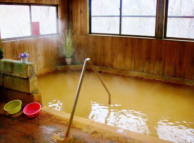 全てを赤く染め上げる?!紅白の『赤の湯』!珍しい含鉄泉