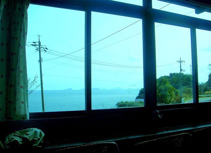 おススメは窓側のカウンター席。瀬戸内海に浮かぶ小さな島の食堂