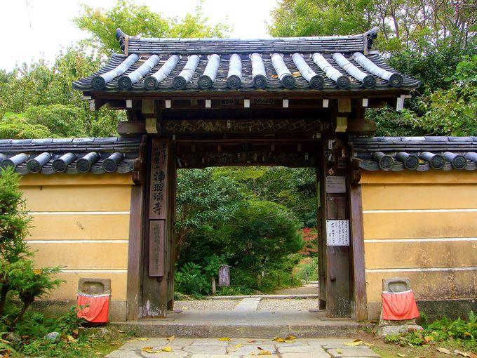 静謐な雰囲気の山門・・浄土への入り口