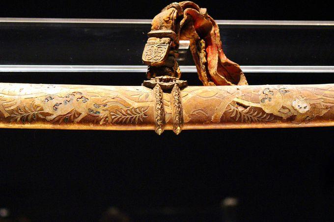 特異なデザイン!国宝「金地螺鈿毛抜形太刀」の発注者は誰なのか?