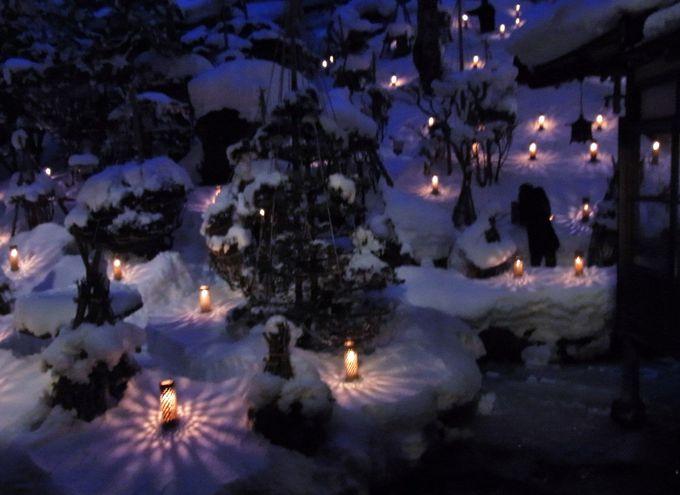 中庭に、静かに灯る幻想的な「雪見ろうそく」