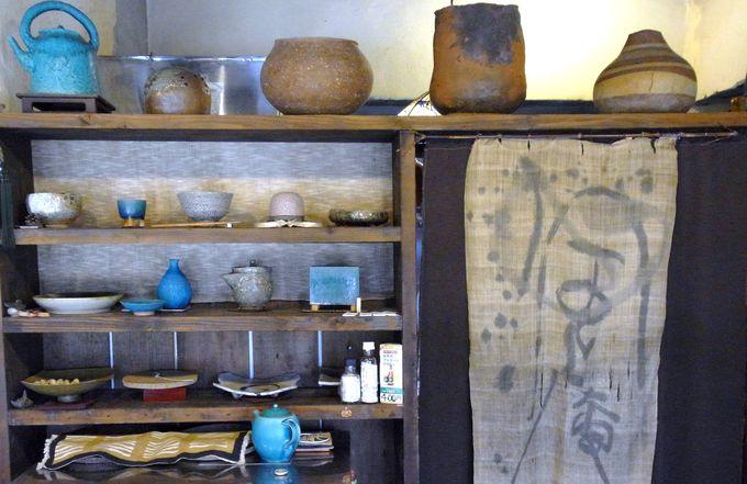 外にも中にも並ぶ、読谷の大嶺工房の鮮やかな陶芸