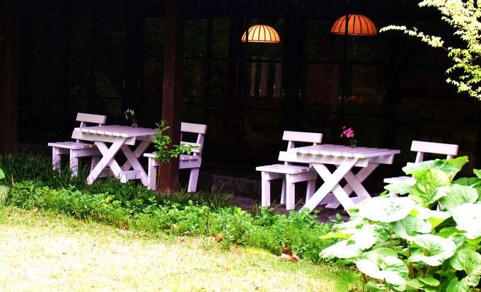 「由布院玉の湯」の遊歩道には可愛いテラス席も