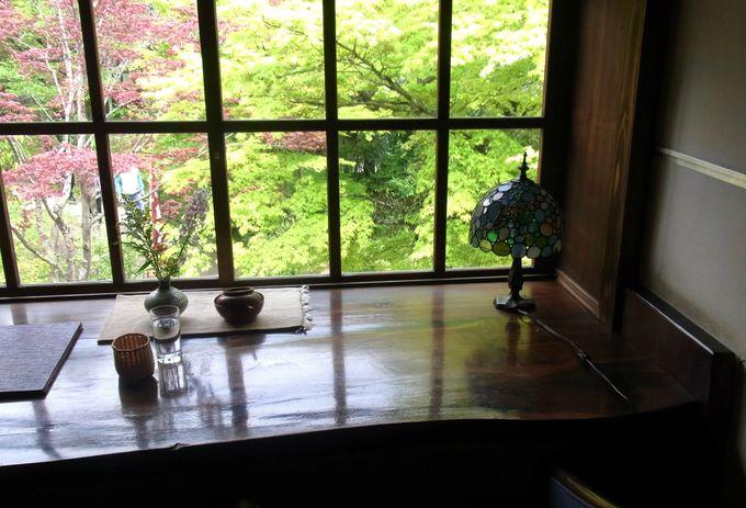 緑豊かな中庭を望む亀の井別荘の「茶房天井桟敷」
