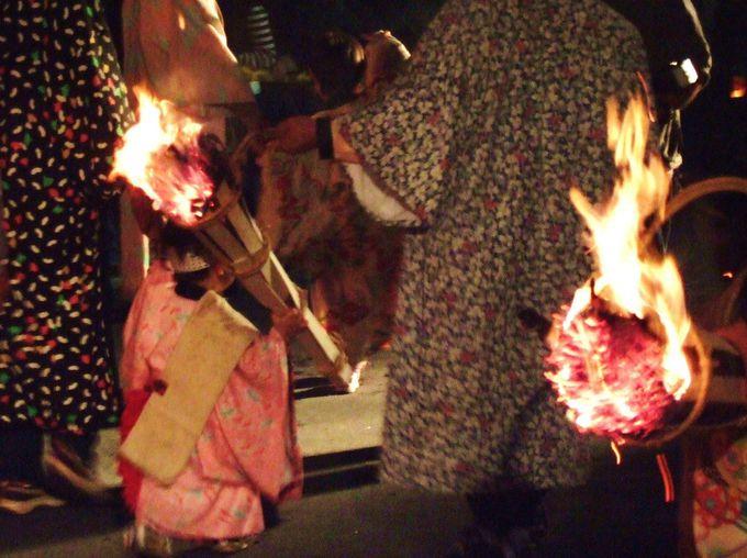 18時。家々にはかがり火が灯され、トックリ松明が街道を歩き始める