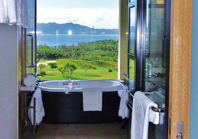 客室の扉を開けると、海へと続く景色が!