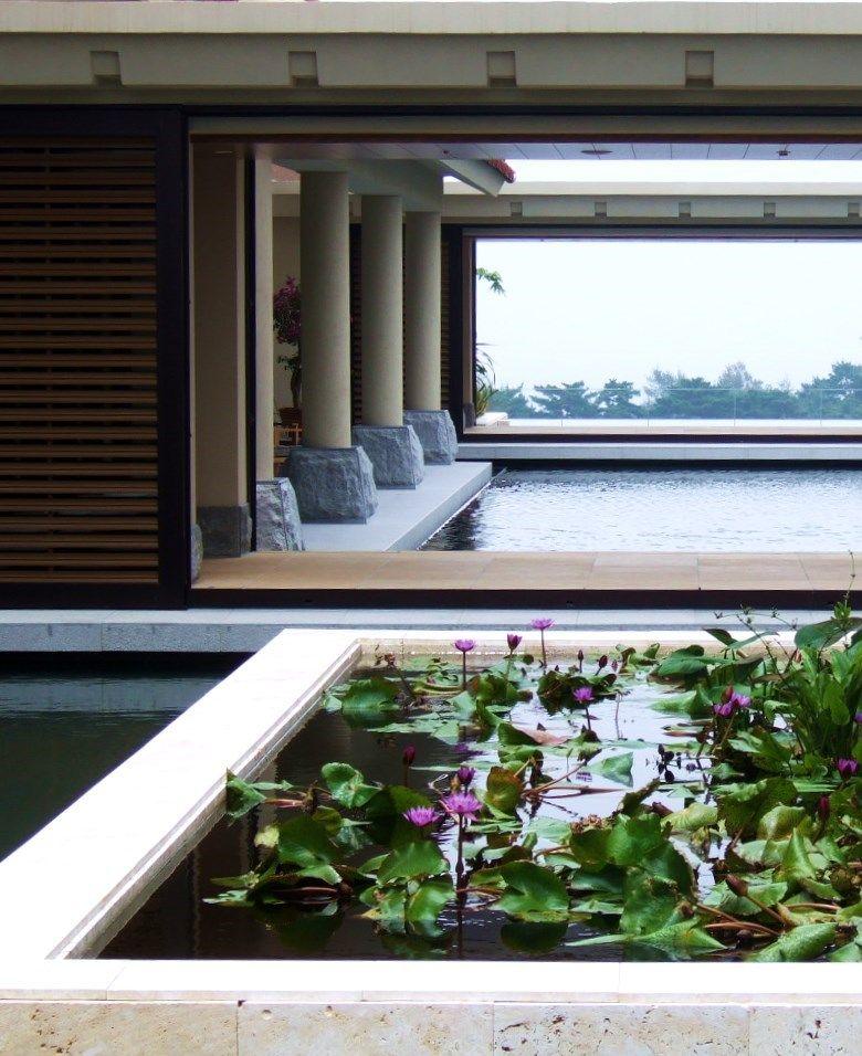 太陽とともに眺望が変わるリッツ・カールトン沖縄の水の中庭