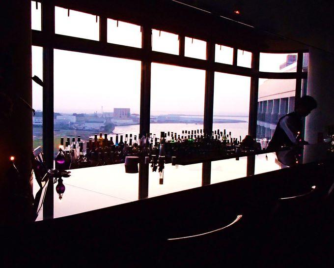 最上階のバーでは、海に沈む夕陽とマイスターが淹れる絶品のオリオンビールが!