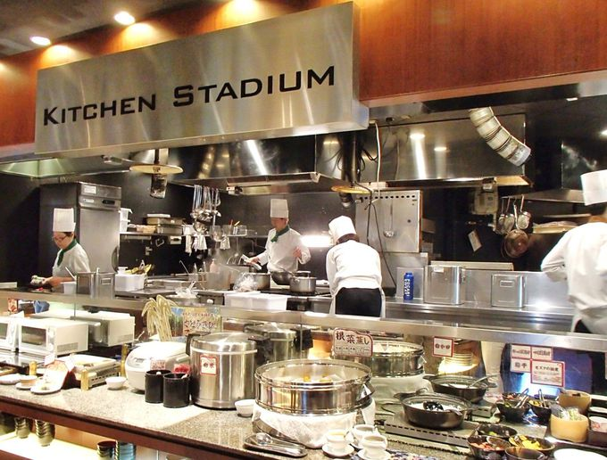 ホテルレストラン「アレッタ」は、オープンキッチンで広々空間!