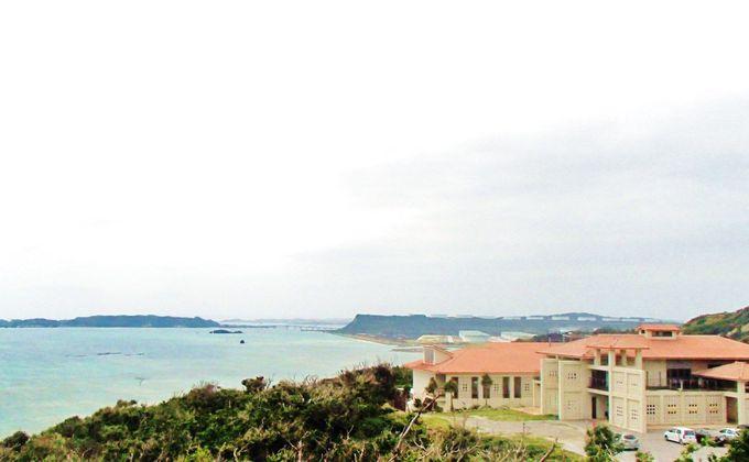 海中道路を渡った宮城島に建つ赤瓦の「ぬちまーす」工場
