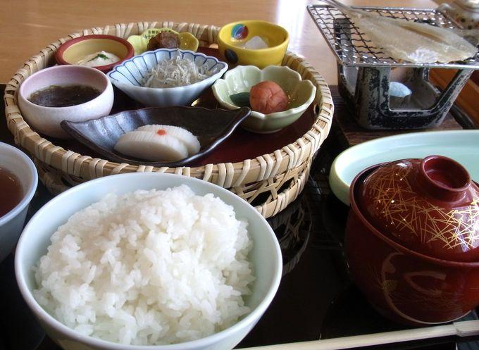朝食には、カレイの一夜干しや朝採れ野菜のせいろ蒸しが!