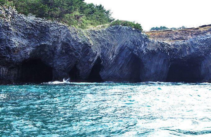 自然が創った驚異!神秘的な「七ツ釜」は海に浮かぶ芸術のような洞窟