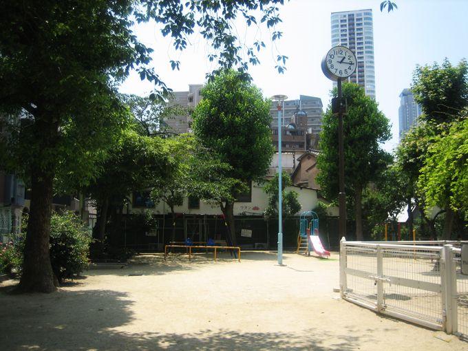 中崎町の小さな公園でひと休み。