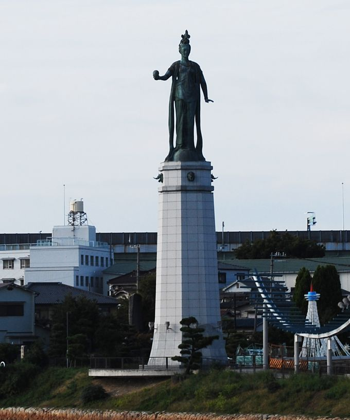 平和と繁栄のシンボル「乙姫さん」が佇むプロムナード