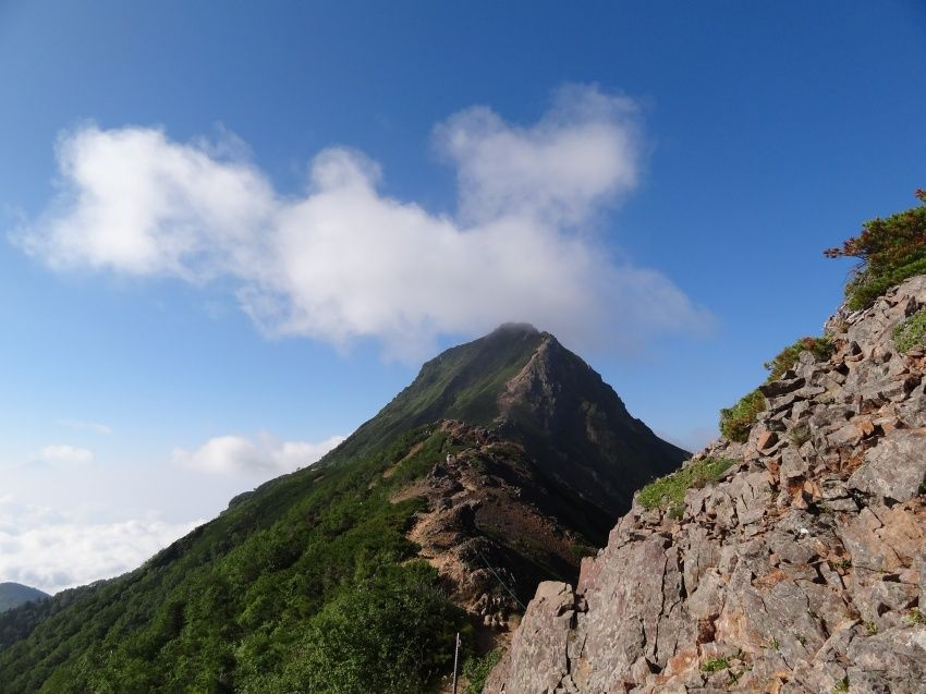 くさり場と鉄階段の岩肌を攀って、八ヶ岳最高峰の赤岳へ