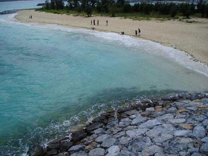 エメラルドグリーンの海に、美しいビーチ