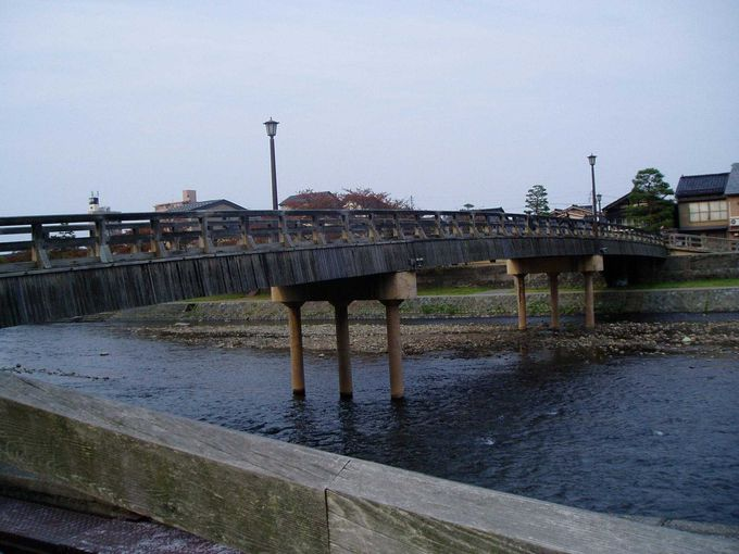 梅の橋を渡り、ひがし茶屋へ