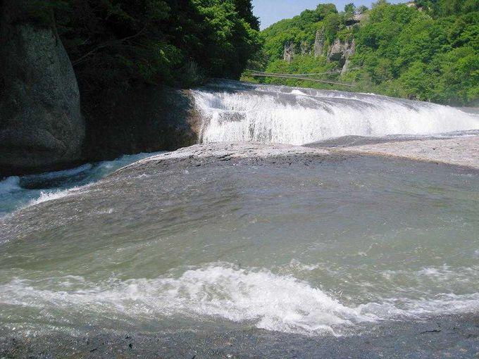 スリル満天な滝見学