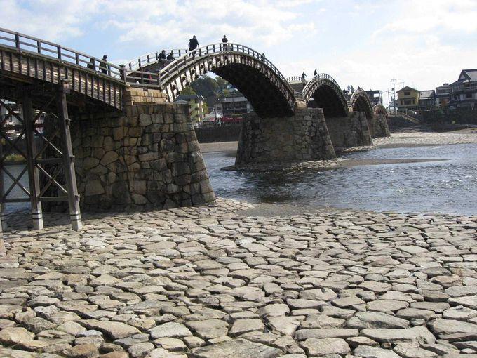 橋を渡って、対岸からの景色も美しい