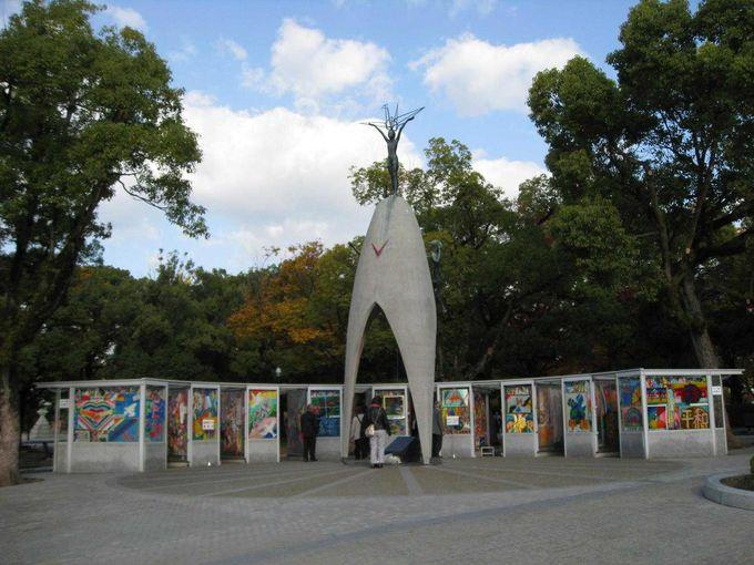 折鶴が溢れる「原爆の子の像」