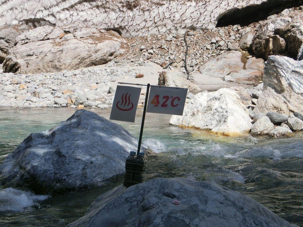鐘釣は万年雪に、河原の温泉