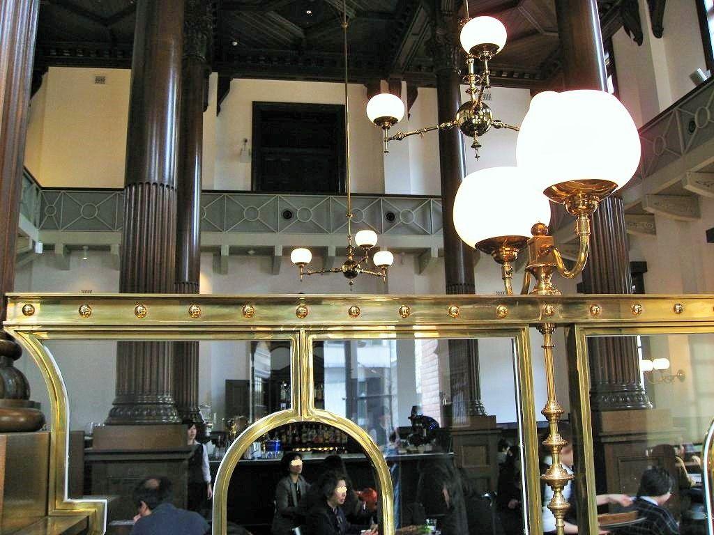 銀行の営業室を模したカフェ