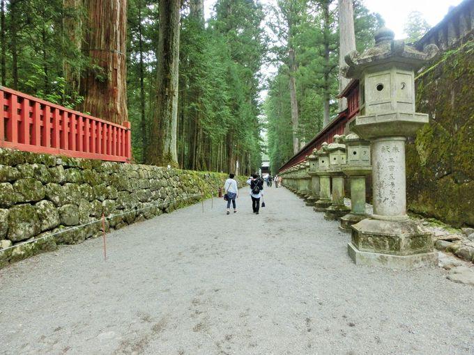 3つ目のスポットは石灯籠が並ぶ上神道